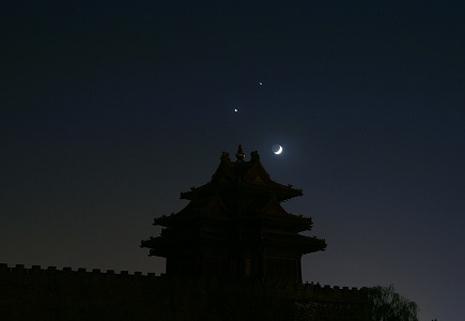 """""""双星伴月""""大年初四上演""""笑脸""""趣景"""