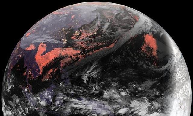"""日本气象卫星高空拍摄到壮观的""""黑色地球"""""""