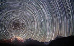 摄影师拍摄珠峰美妙星迹