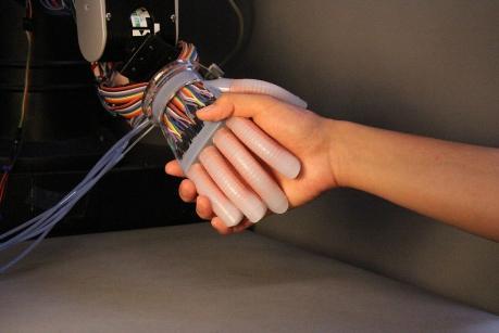 这种新型机械手可以模拟人类触觉 能感知是方的还是圆的