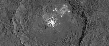 谷神星表面神秘亮斑可能是陨坑冰阱中的水冰
