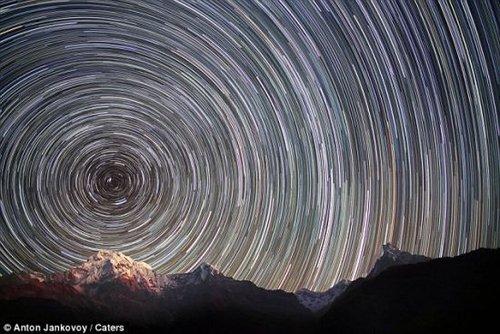 摄影师拍摄珠峰美妙星迹 如同处身另一宇宙