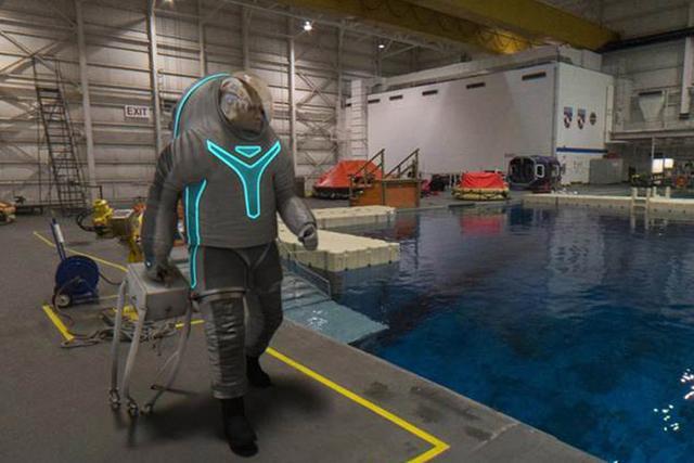 美国宇航局公布未来宇航服 样子有些丑