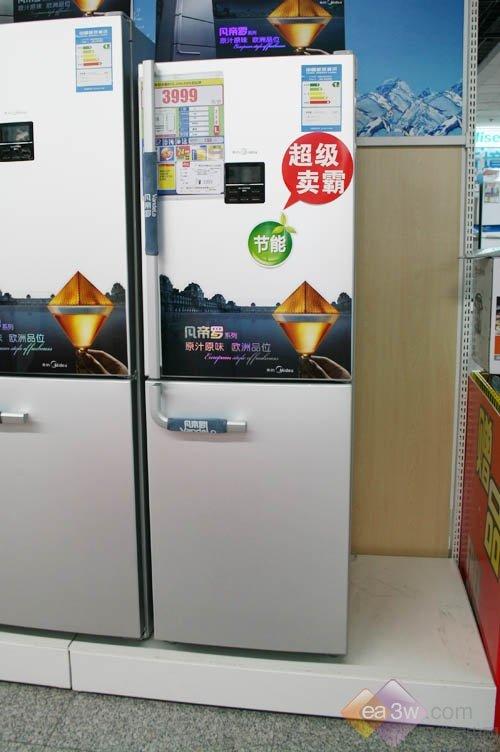 这款冰箱的冷藏室内部结构比较明朗,可移动的隔层设计方便存储食物
