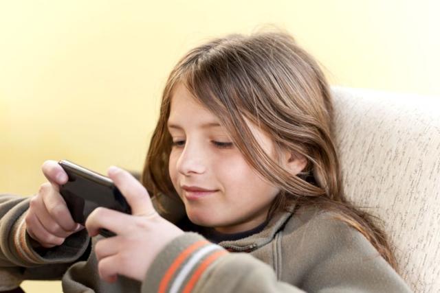 调查显示:儿童拥有自己首款智能手机的平均年龄仅为10.3岁