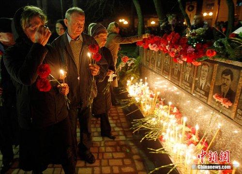 人们点燃蜡烛纪念在切尔诺贝利核事故中英勇献身的消防员