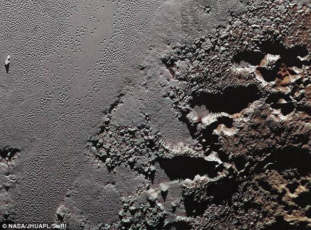 如图所示,这是新视野号探测器拍摄的冥王星深色崎岖高地Krun Macula。最新研究表明,冥王星表面冰层之下潜在着一个液态海洋。