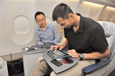 昨日,易建联在飞机上试用WIFI。当日,国内首架搭载WIFI功能的航班接受体验,易建联也碰巧乘坐了该航班。通讯员 王泽民 摄