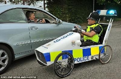 """英警察发明""""山寨巡逻车"""" 不为抓贼为亲民"""