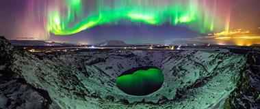 摄影师冰?#21495;?#25668;震撼北极光 若UFO降临