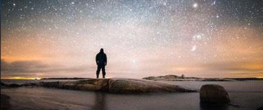 融入自然:摄影师在浩瀚星空下自拍