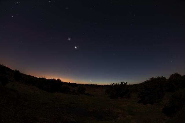 """金星木星交汇 夜空中""""走到一起"""""""