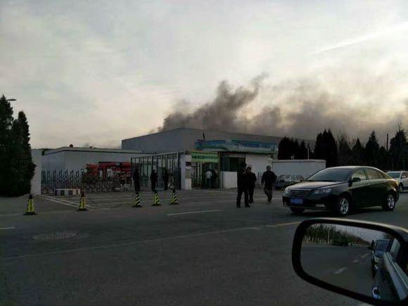 三星天津工厂发生火灾 现场浓烟滚滚