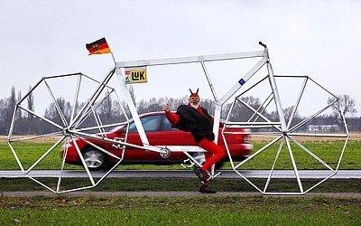德国单车迷打造怪异自行车 车轮为多边形(图)