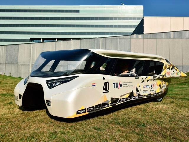 荷兰学生建太阳能汽车 充一次电跑上千公里