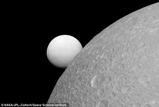 土卫四表面深层发现神秘海洋或潜在生命形式