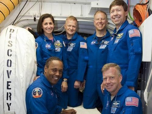 图:发现号宇航员在发射台绝尘舱合影