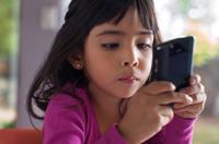 儿童每天三分之一时间都花在各种显示屏前