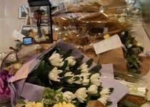 香港苹果店门前献给乔布斯的花束