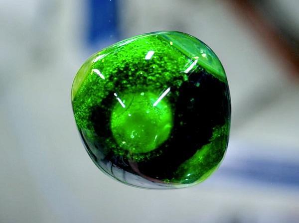 水球中加入发泡物质后,像一颗宝石般的水球开始膨胀。