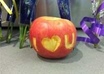 网友摆上咬了一口的苹果悼念乔布斯