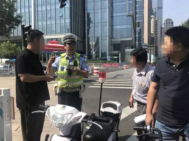 在天津骑共享单车逆行扔下就走 后果很严重