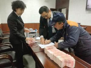 老板跑路法官赴沪 57名农民工的辛苦钱要回来了