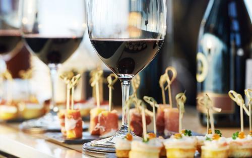 """红酒和黑巧克力中物质能让衰老细胞获""""新生"""""""