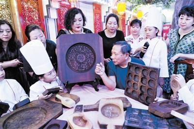 """古稀老人收藏千余月饼模具 带孩子们""""触摸""""传统文化"""