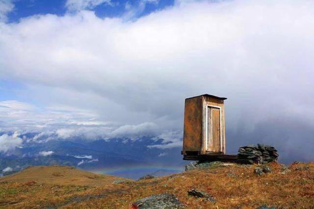世界最极端厕所:建在3500米高悬崖边上 厕纸需用直升机空运