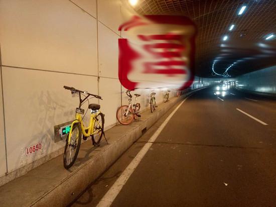 共享单车放在这 成心不让人发现?