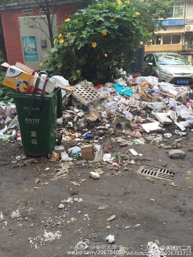这个小区里满地都是垃圾还冒臭水