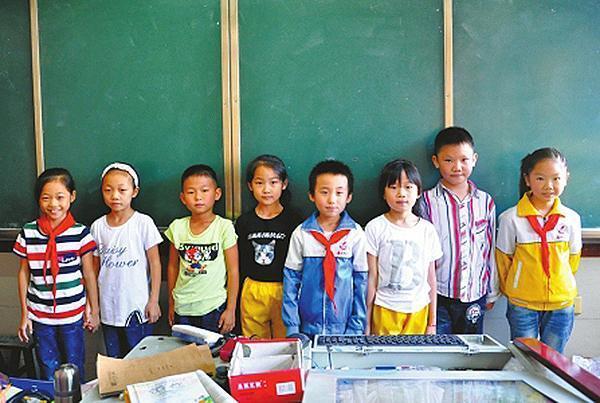 """小学一个班有4对""""孪生子"""":只能分开坐便于区分"""