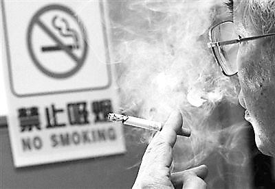 违法吸烟可拘留 滨海一市场有人无视禁烟标识