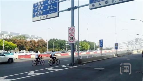 只图方便不顾安全 骑车人不顾危险硬闯直沽桥