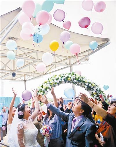 黄金周简约婚礼成时尚 不放鞭炮放气球