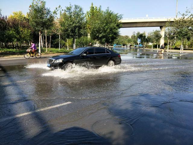 【新报全媒体】连日降雨没有造成积水,可雨过天晴后地下却返水导致路面成河。津昆桥下、越秀路尤为严重。目前,排管部门正在加强排水。 11日上午,记者赶到了快速路津昆桥下,在津滨大道环岛附近看到,路面积水成河,占据了三条车道,积水最深处超过5厘米。记者发现,绿化带内不断有水涌出,顺着水流方向沿着桥墩下方行走了二十多米找到了积水跑冒点,跑冒点周边的泥土被水冲出了多条沟壑。据在附近锻炼的一位大爷介绍,前几天下雨的时候并没有积水,而昨天一早不知为何突然跑水,刚开始积水还有一股恶臭。
