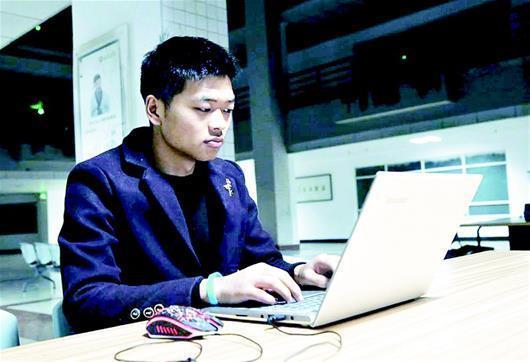 """大学生帮同学修电脑上千台 被誉""""电脑暖男"""""""