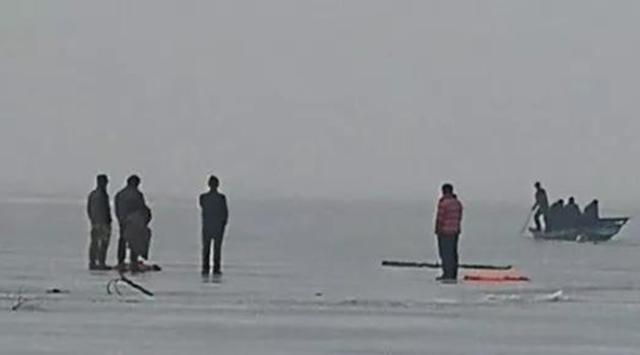 天津三男子破冰钓鱼 不慎掉进冰窟窿
