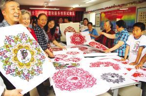 天津河西市民用精美剪纸描绘全运