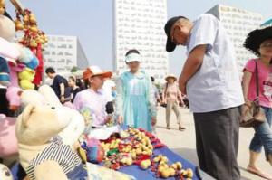 中新天津生态城举办后备厢上开集市活动