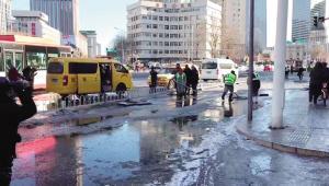 水管爆裂路面结冰 多部门联动及时抢修