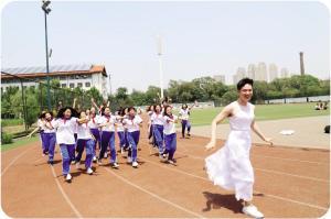 天津一学校创意毕业照走红 全班33人1个男生