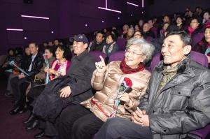 东丽区组织看电影 金婚老人圆了61年的梦