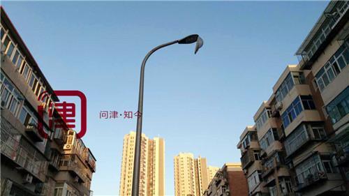"""一排路灯5盏灯罩""""张嘴"""" """"头顶安全""""没保障"""