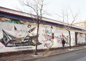 街头涂鸦任性画 路人受惊吓