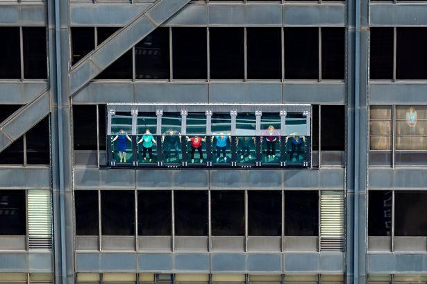 摩天楼有玄机 游客悬挂在94层窗户上