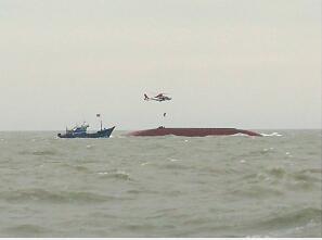 船舶天津南港外海搁浅倾斜 7人成功获救