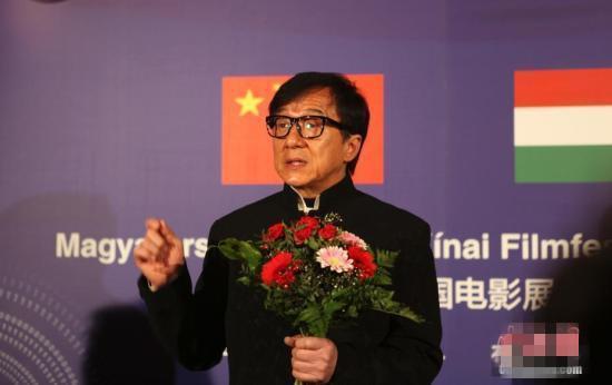 成龙远赴西藏做公益关注眼疾患者 并捐赠200万