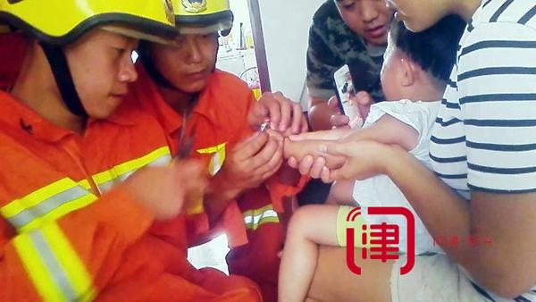 塑料螺丝卡住两岁女童手指 消防员成功救助